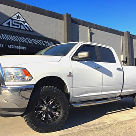 White Dodge Ram 2500/3500 Level Kit | 35x12.50R18 Toyo Open Country AT2 Mounted on  Fuel Offroad D513 Throttle 20x9 Black and Milled